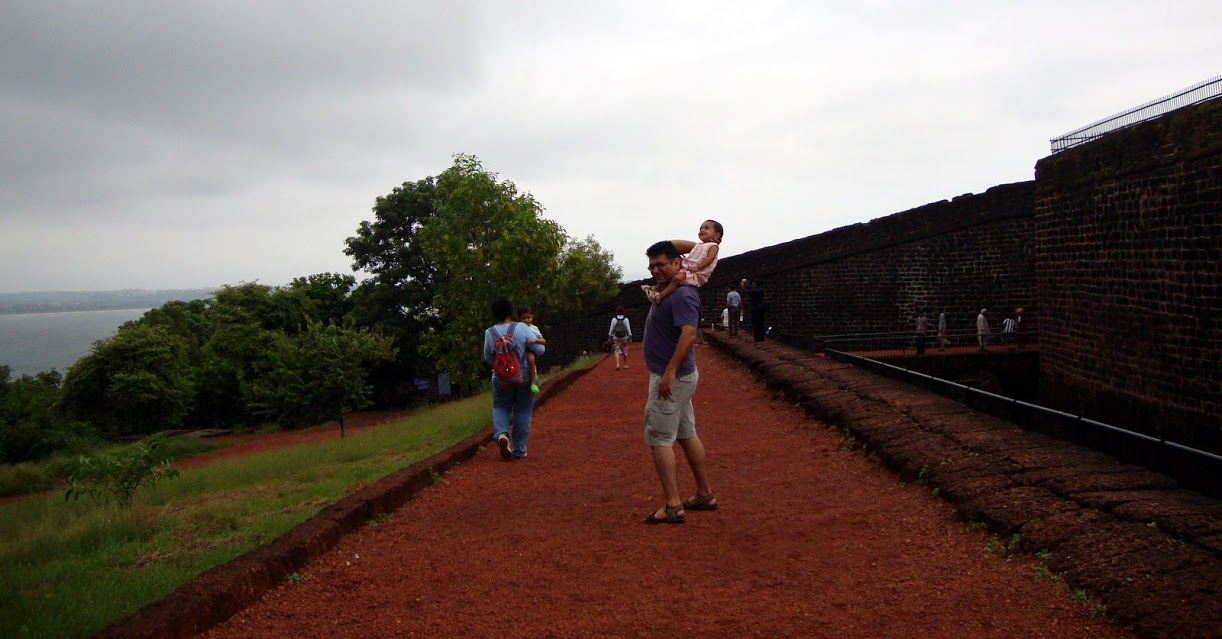 finally made it to Fort Aguada on time before the gates closed (well just about we had 10 minutes in the fort before the guards started whistling for everyone to leave)